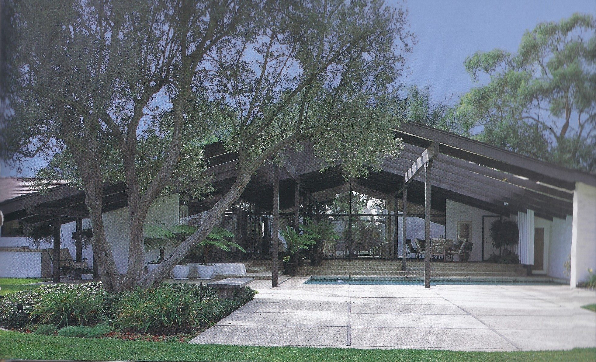 The california ranch house makes a comeback california home for Characteristics of ranch style homes