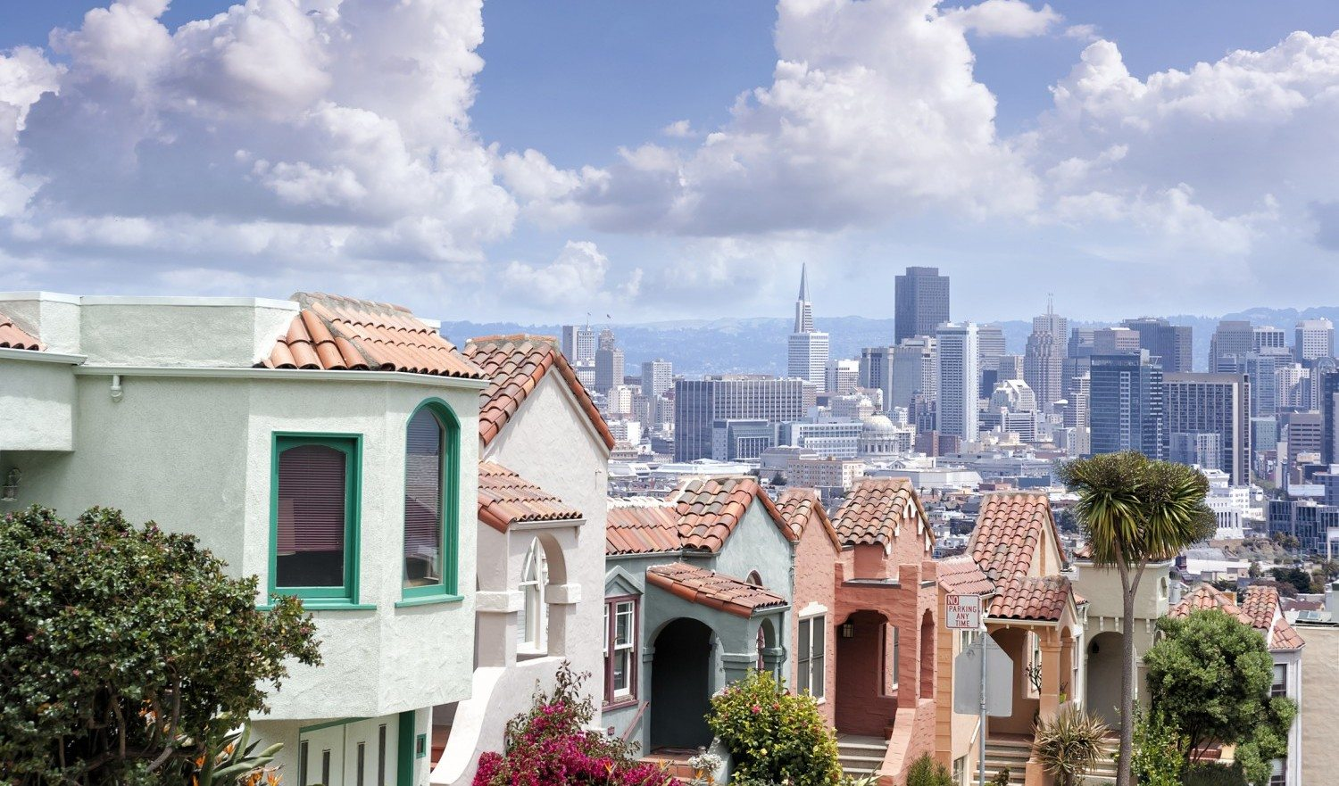 Panoramic view of San Francisco from Twin Peaks hills with typical houses, sanny day in California