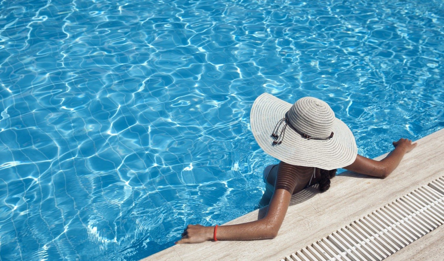Young woman relaxing by the swimmingpool