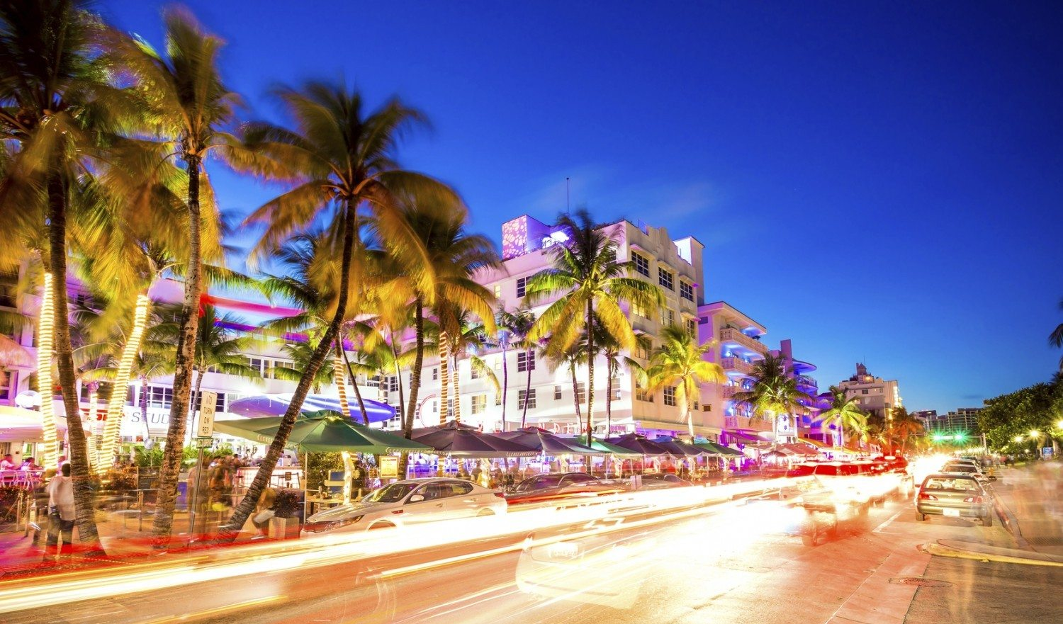 Ocean Drive scene at night lights, cars and people having fun, Miami beach. La noche de Ocean Drive en Miami Beach, Florida, Estados Unidos.